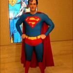 Edward Watts como Superman en el musical
