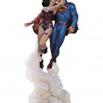 Figura de beso entre Superman y Wonder Woman