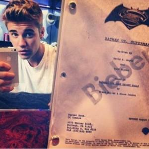 Justin Bieber con el guión de Batman/Superman