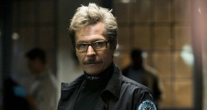 Gary Oldman como Jim Gordon