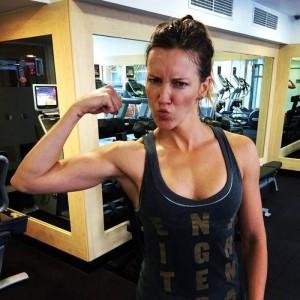 Katie Cassidy entrenando para Arrow